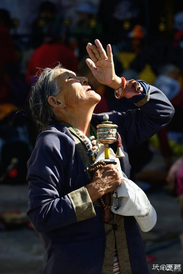 大昭寺门口虔诚的藏民