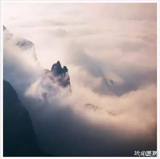 �x舒婷的�,在巫山神女景�^�S�r�c去看神女峰!