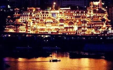 到重庆,一定要在晚上去看洪崖洞,说不定可以遇到千寻~